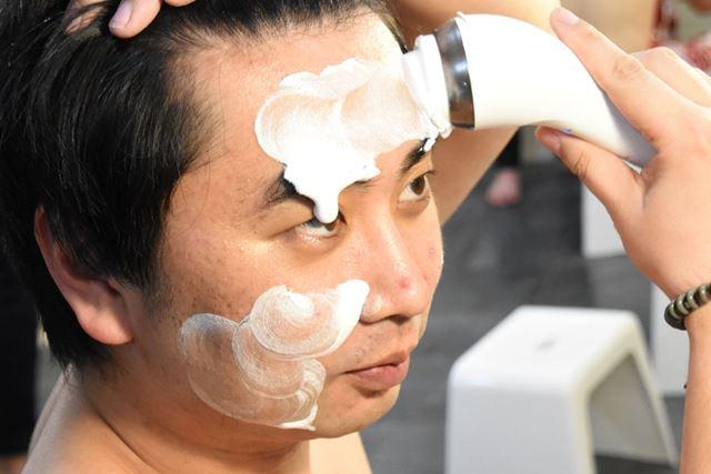 皮脂汚れが溜まりやすいおでこと鼻筋の「Tゾーン」もしっかりブラッシング