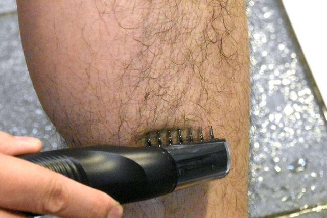軽く肌にあて、毛の流れにさからうようにゆっくり動かすだけでカットできる
