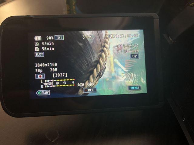 ズームと撮影以外の操作は画面のタッチインターフェイスを使う。静止画撮影も画面タッチだ