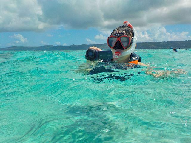 海中にも持ち出して撮影をテスト。なおGZ-RY980は水に浮かないので珊瑚の上に落とさないように