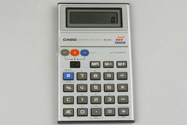 1980年8月に発売されたカシオのゲーム電卓「MG880」。電池で駆動し、電源ボタンはスライド式