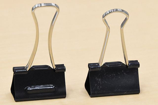 左が「エアかる」、右は一般的なダブルクリップ。見た目にはそんなに差違はない