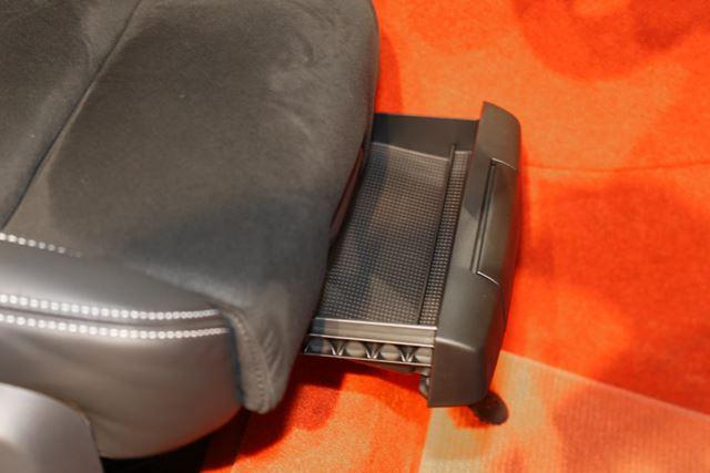 ボルボ「XC40」フロントシート下には小物入れが装備されている
