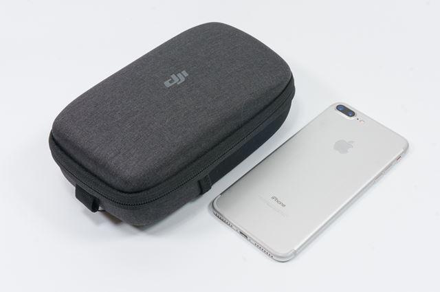付属のセミ・ハードケースをiPhone 7 Plusと比較