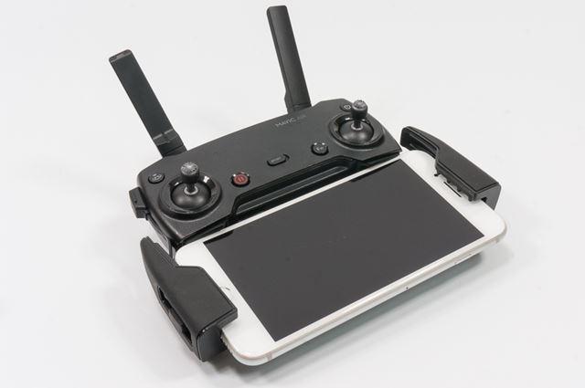 コントローラー(プロポ)はスマートフォンを下部に装着して使用するタイプ