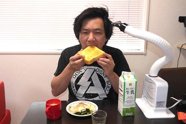 忙しい朝に食事をしながら……というのも可能でしょう!?(髪の毛入りそうだけど)