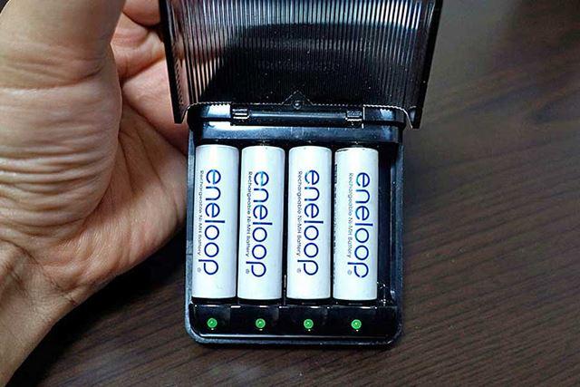 ウチにある充電器は一度に4本充電できるんですが…数が多くなってくると面倒くさい!