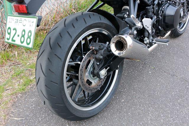 リアタイヤは180/55-17と、現代的なサイズ。前後ホイールは専用設計のキャストとなっている