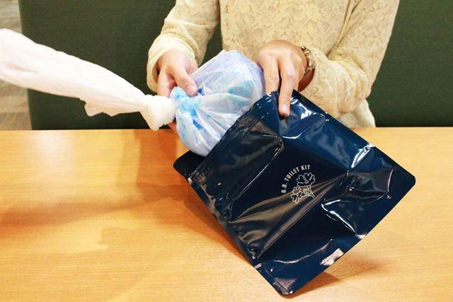 白袋を空気が入らないようにしばって防臭袋に入れます