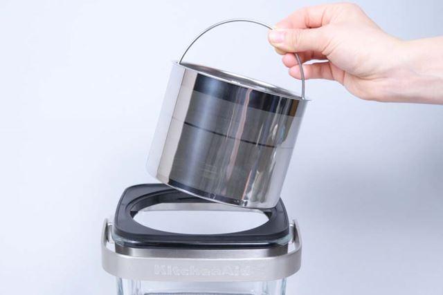 早速「KCM4212SX」で水出しコーヒーを淹れてみよう。まずは、本体にステンレスフィルターをセット