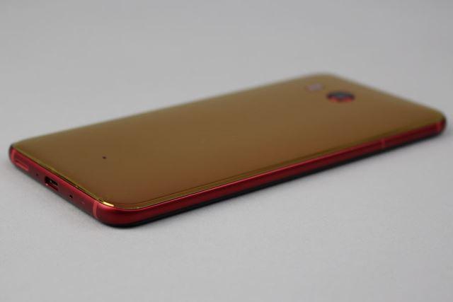 背面を覆うガラス層は薄く着色されており、斜めから見るとうっすらと金色に見える