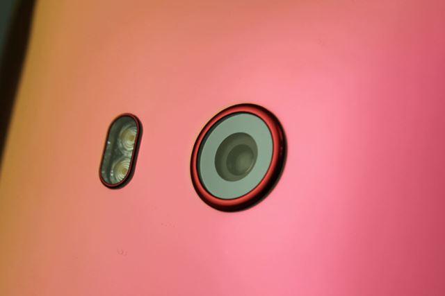 メインカメラはシングルレンズ。F1.7の明るい大口径レンズや多軸制御光学手ぶれ補正機能を備えるなど高性能