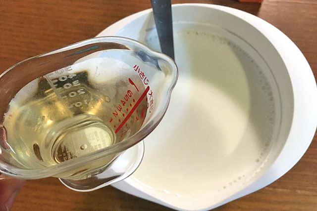 レンジでチンして酢を入れます