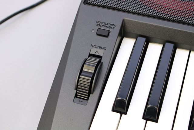 鍵盤の横にはピッチバンド機能を備えていて、弾きながらピッチコントロールもできる