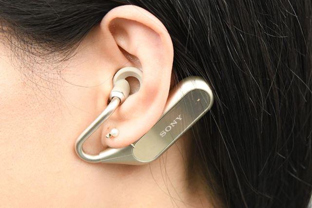 「Xperia Ear Duo」を装着したところ