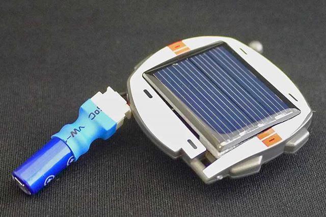 ソーラーバッテリーにつないで充電します。約3分で充電完了