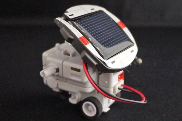 ソーラーバッテリーは角度を付けられるので太陽の向きに合わせて設置します