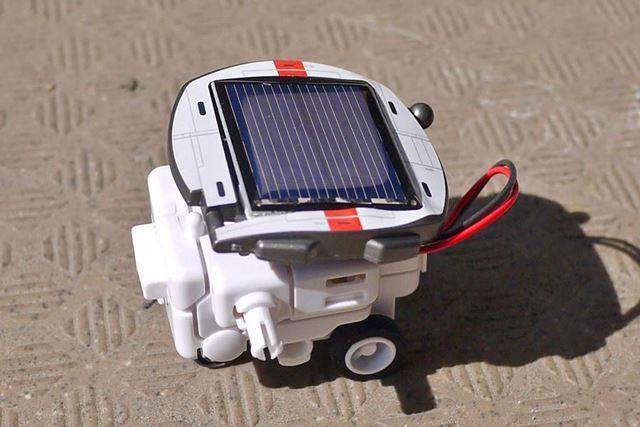 これくらいの太陽光がないと充電できません。突然走り出すのもおもしろいです