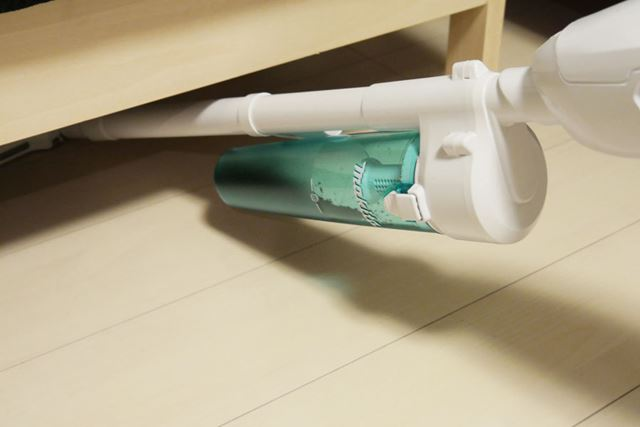 サイクロンアタッチメントのぶん厚みが増したため、狭い隙間などは掃除しにくくなりました
