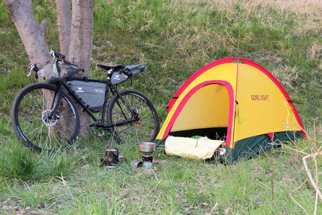 キャンプはほとんどしませんが、ひとり用のテントは簡単に設営できました