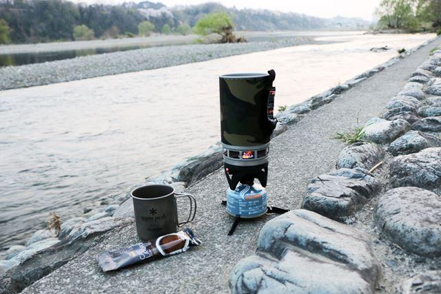 翌朝は目覚めの1杯でコーヒーを。澄んだ空気の中で、川の流れを眺めつつ味わうコーヒーは格別です