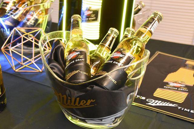 ビールのゴールドとラベルのブラックが、プレミアム瓶ビールらしい高級感を演出