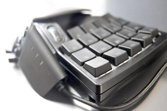 キー全体をよく見ると、外側のキーが厚く、真ん中でカーブしているのがわかる