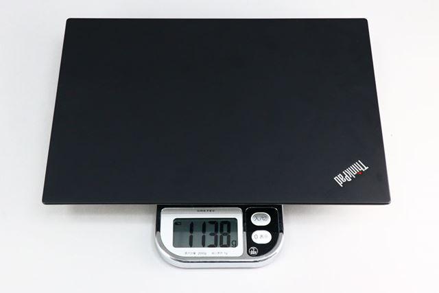 本体の重量は実測で1138g。前モデルと比べると300gほど軽くなっている