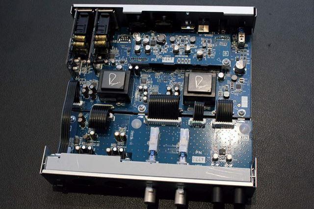 UR-RT4(写真上)は4出力なので4基、UR-RT2(写真下)は2出力なので2基のトランスフォーマーを搭載する