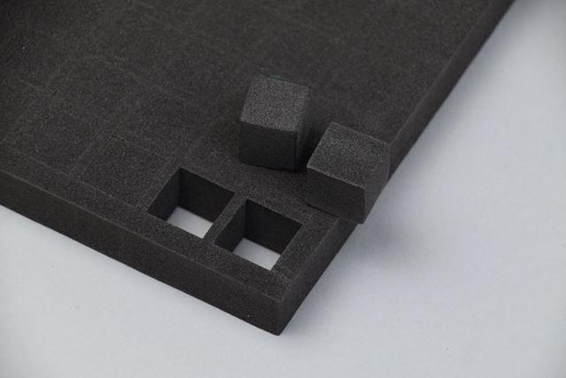 キューブ型ブロックは、一辺15mmの立方体。指で押せばブロックシートから簡単に取り出せる