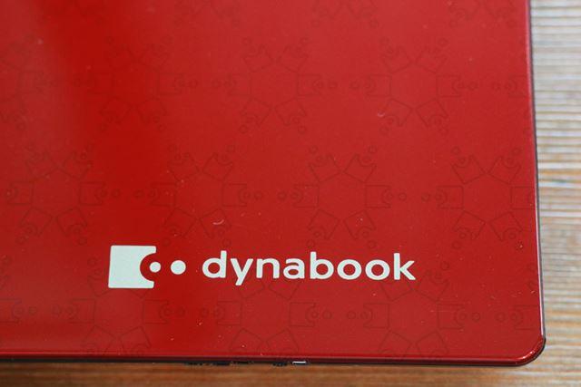 モデナレッドをよく見ると、dynabookのユビキタスロゴのパターンが配置されている