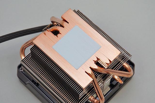 CPU接触面はヒートパイプダイレクトタッチを採用。マザーボードとの固定はレバー式だ