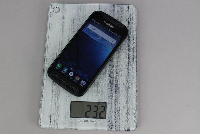 SIMカードとmicroSDメモリーカードを装着した状態で測定した重量は、232gだった