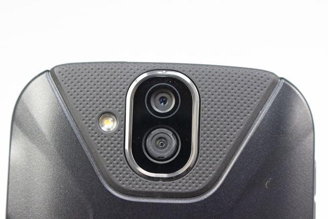 ダブルレンズ構成のメインカメラは、標準画角と広角を切り替えて使う