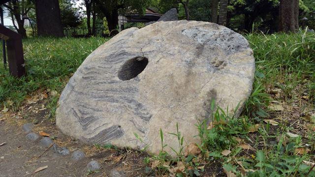「石貨」を少し離れた場所から標準レンズで撮影。石表面の質感も再現できている