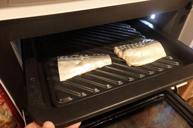 グリル皿の手前側に2切れのさばを並べ、庫内上段にセット