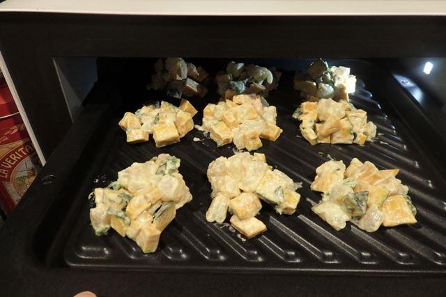 小さくカットしたかぼちゃとエビ、青葉を天ぷら粉と混ぜ合わせ、小分けにしてグリル皿に並べます