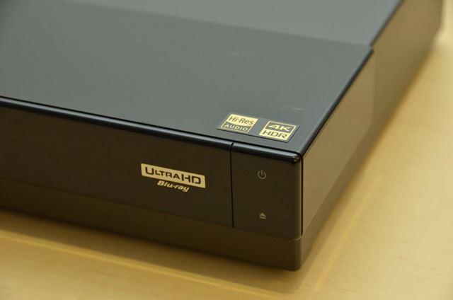 フロント部分にはUltra HD Blu-rayのロゴがしっかりとプリントされている