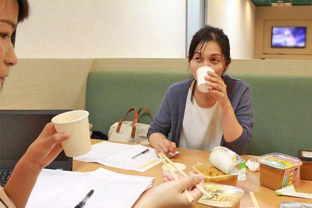 せっかくなので、小野さんと一緒におすすめ味噌の味見をしてみました