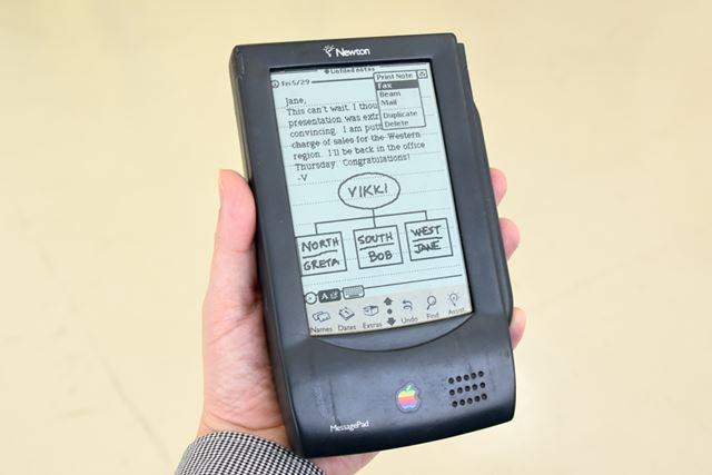 「MessagePad 100」のモックアップ。片手で持てるサイズだ