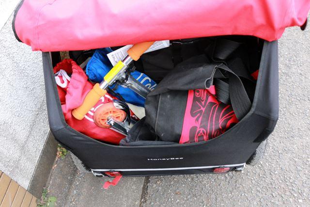 本体後方にも収納スペースを用意。自転車のかごよりも容量は大きいので、買い物した荷物も入れられます