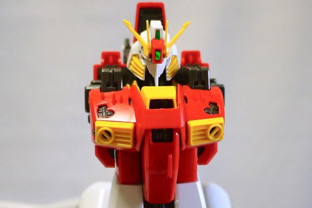 上半身は特徴的な赤。MG「Sガンダム」のパーツが一部流用されています