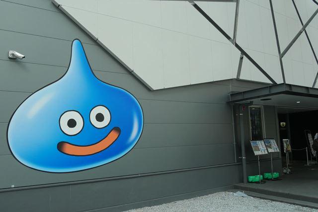 「VR ZONE SHINJUKU」の入り口では巨大なスライムがお出迎え
