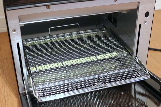 庫内に焼き網をセットして使用します