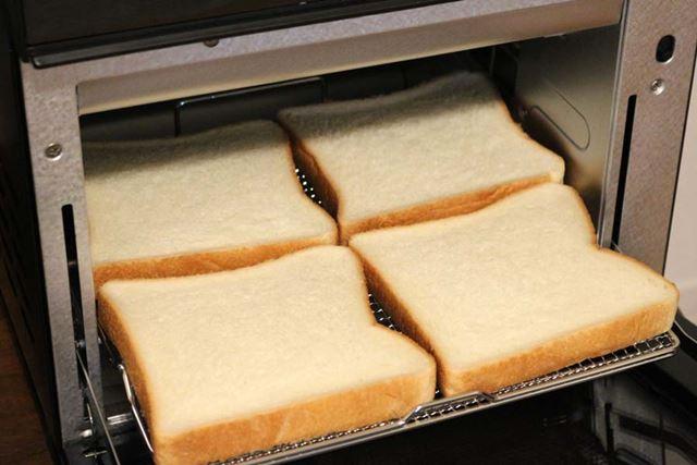 角型食パンの場合、1度に4枚までトーストできます