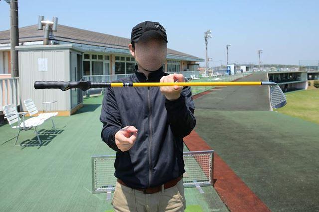 普通のゴルフクラブの重心はヘッド寄りにありますが、スイングトレーナーの重心はほぼ真ん中です