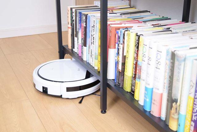 高さを抑えたコンパクトボディはソファや本棚、ベッドの下に潜り込むのに都合がいい