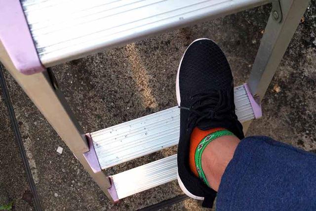 よくある脚立はステップ幅が狭いので不安定ですが…