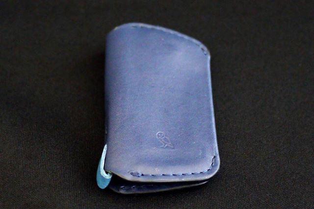 素材は本革。濃いめの青色が特徴的なブルースチール色