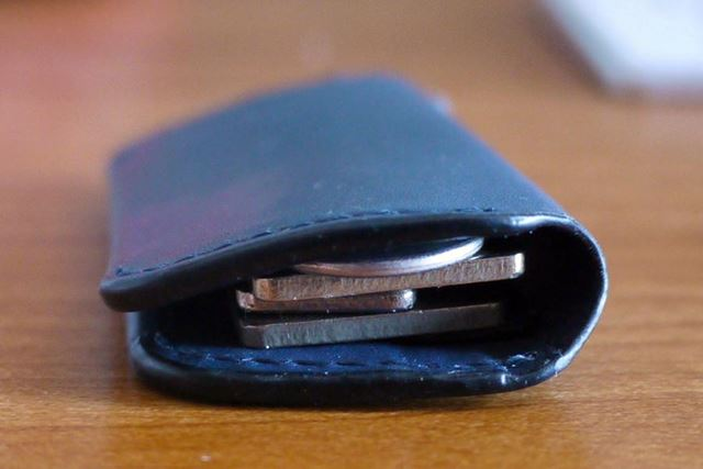 自然とパタッと閉まります。鍵3本+リングパーツを付けても厚みは最大1cmほど